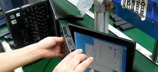 Fertig produziert wird die Passform des Akku im Original-Notebook getestet.
