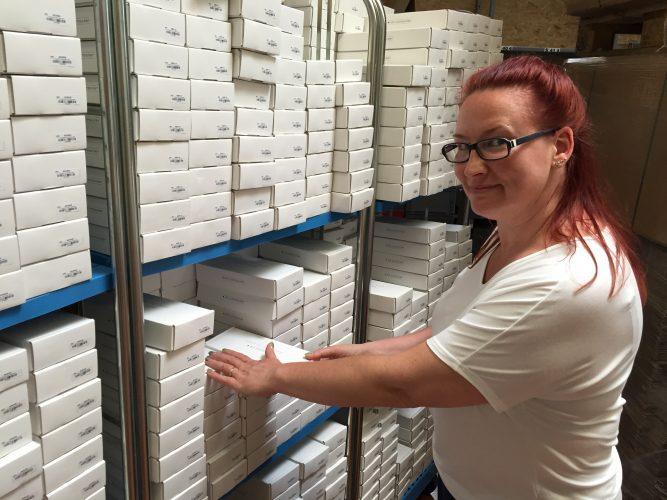 Prokuristin Christine Schönjahn überzeugt sich von der Qualität der neuen Akku-Lieferung