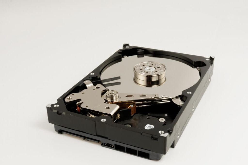 Eine SED Festplatte, welche geöffnet wurde.
